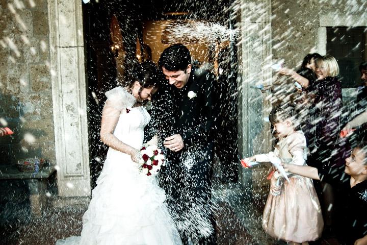 photo rice shower fotografia di matrimonio in stile reportage dello studio fotografico pensiero destination weddings photographer in italy