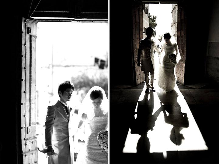 l'ingresso in chiesa. Entrance to the church. La luce magica dietro il portone della chiesa in queste fotografie di matrimonio