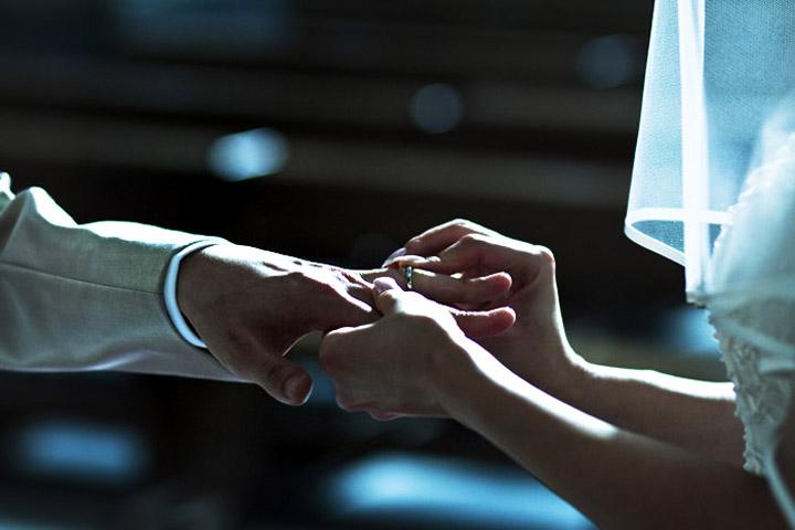 wedding rings i do moment. Lo scambio degli anelli fotografato dallo studio fotografico pensiero