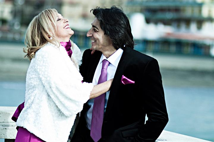 fotografo matrimonio roma studio fotografico pensiero, foto in stile reportage per le tue nozze. Foto scattate agli sposi al pontile di ostia dopo aver celebrato il rito al comune con i loro amici e parenti
