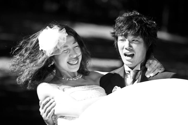 foto sposi che giocano bianco e nero