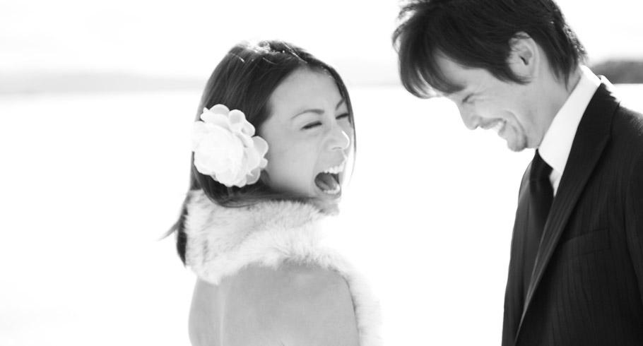gli sposi ridono felici dopo il loro matrimonio in costa smeralda