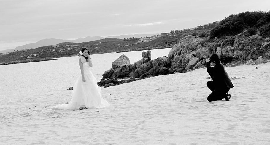 divertente momento tra gli sposi, lo sposo diventa fotografo e scatta fotografie alla sua sposa