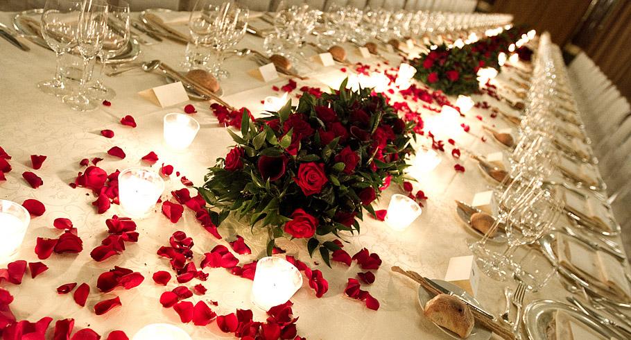 Картинки с лепестками роз на столе