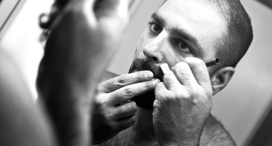 foto dello sposo che si fa la barba