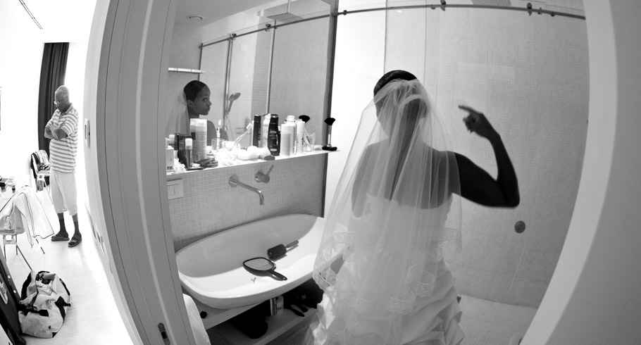La sposa si specchia per gli ultimi ritocchi mentre nell'altra stanza il padre cerca di distrarsi