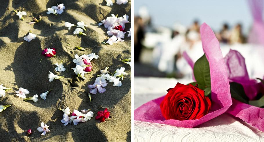 petali di rosa sulla sabbia per questo matrimonio al singita sulla spiaggia