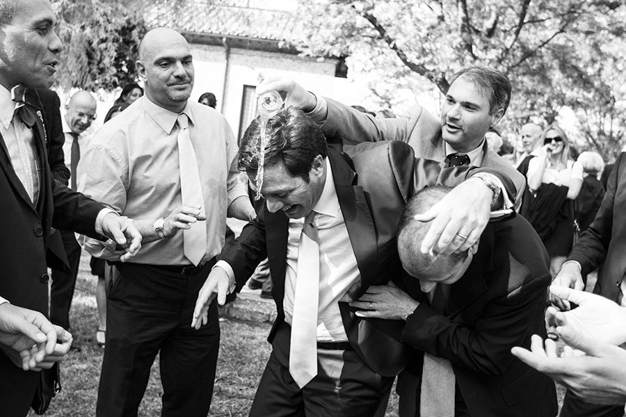 momenti di goliardia catturati in queste foto di matrimonio celebrato a ponzano romano