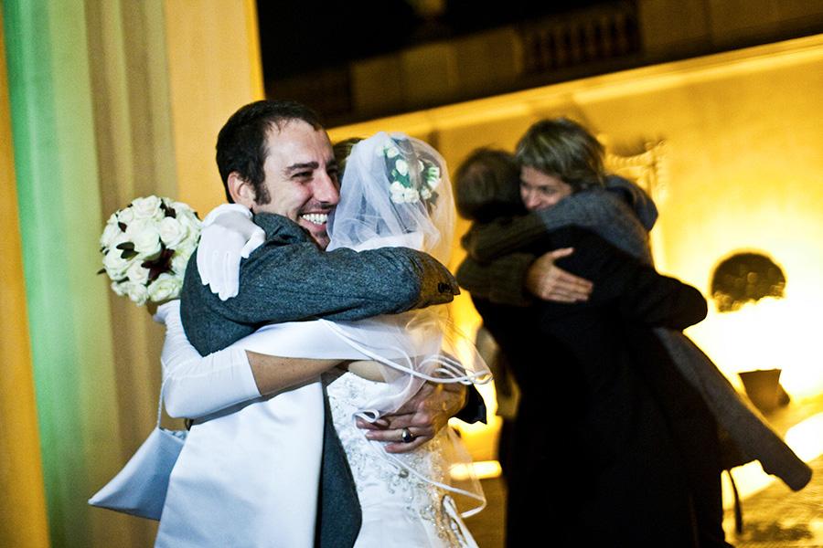 abbracci emozioni amore e amicizia catturate in uno scatto fotografico di matrimonio studio pensiero studio fotografico a roma
