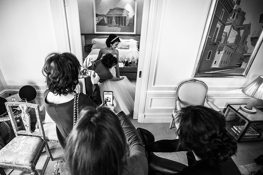 preparativi della sposa, fotografie in bianco e nero del matrimonio in stile fotogiornalistico