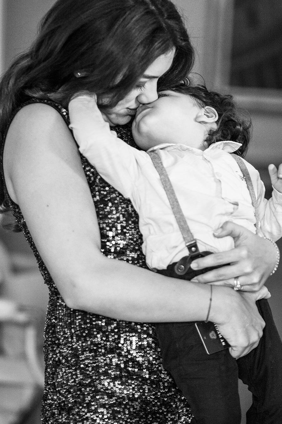 l'amore della sorella della sposa per suo figlio prima della celebrazione del matrimonio a roma per questi sposi turchi