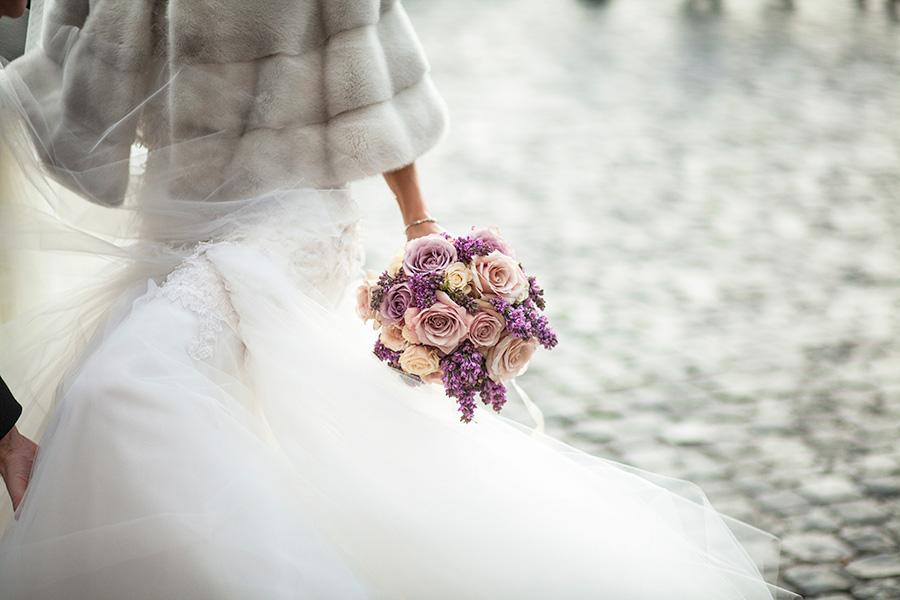 il bouquet della sposa e i suoi colori, fotografie a colori del matrimonio in stile fotogiornalistico