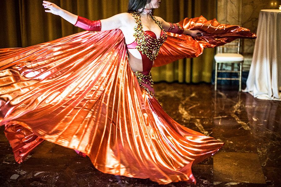 danza del ventre come animazione per questo matrimonio, fotografie a colori del matrimonio in stile fotogiornalistico