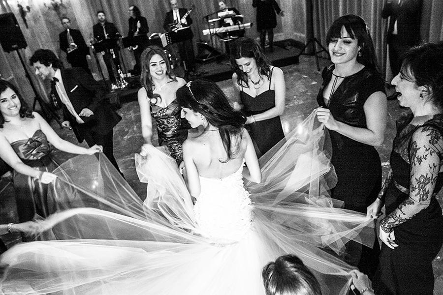 ballo di matrimonio, foto in stile fotoreportage, fotografie in bianco e nero del matrimonio in stile fotogiornalistico
