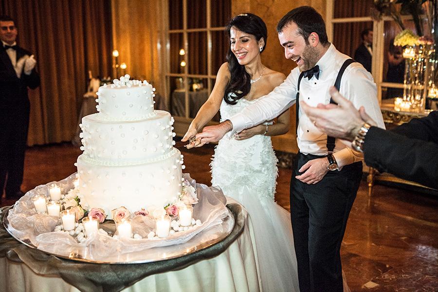 il taglio della torta, fotografie a colori del matrimonio in stile fotogiornalistico