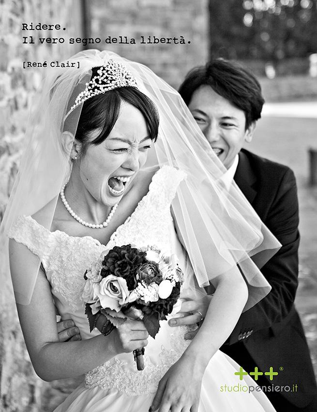 l'allegria e le risate in uno scatto durante un servizio fotografico di matrimonio in stile reportage