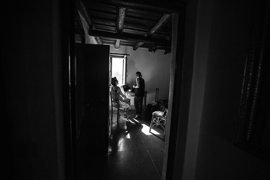 reportage di matrimonio i preparativi della sposa fotografie in bianco e nero