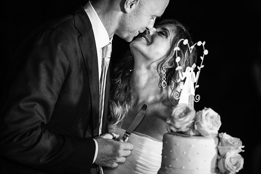 foto del taglio della torta. matrimonio al borgo di tragliata. foto dello studio pensiero. fotografi professionisti.
