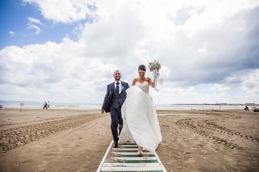 foto matrimonio spiaggia con la pioggia