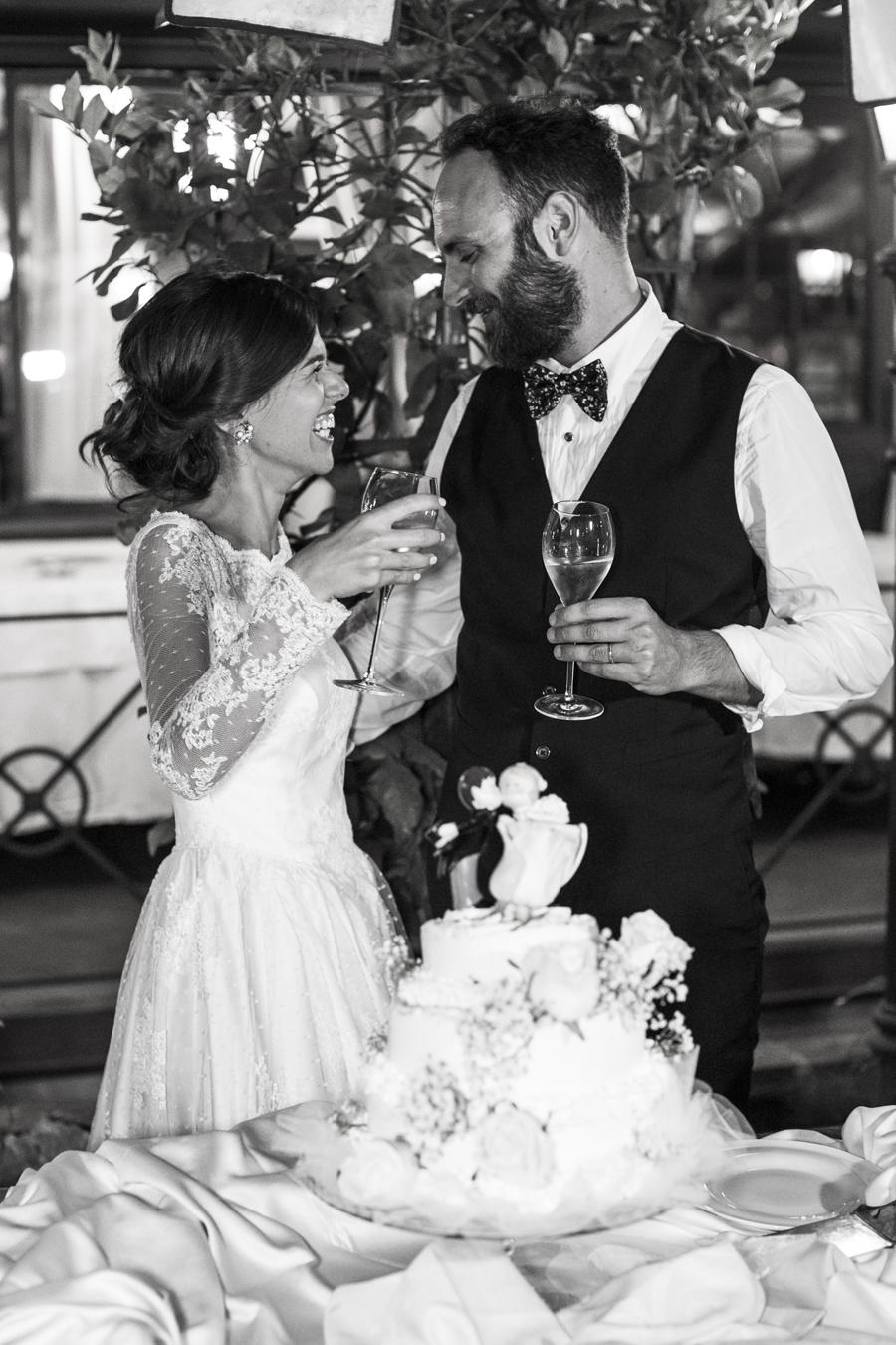 il taglio della torta fotografia di nozze